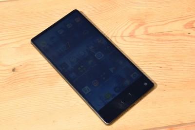 e18e748b9 Má nielen slušný jas a kontrast pre pozeranie filmov, ale zároveň  používanie smartfónu na Slnku vďaka dobrej matnej úprave nie je žiaden  problém.